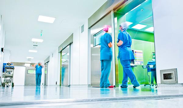 enfermeiros conversando no corredor