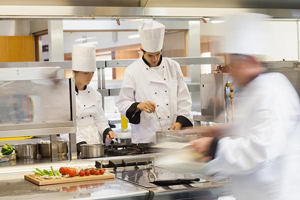 chef cozinhando em restaurante